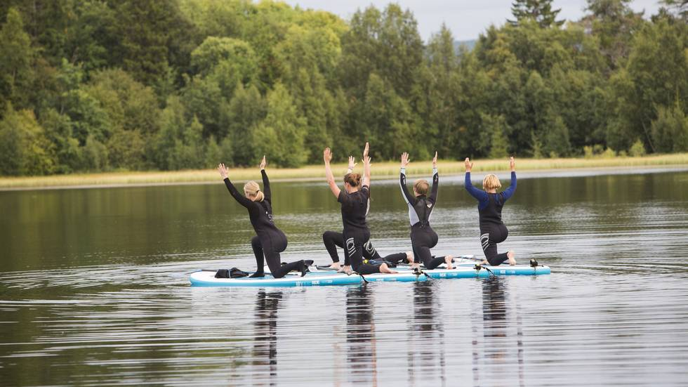 Paddleyoga på SUP-brett i Theisendammen (Foto: Leikny Havik Skjærseth)