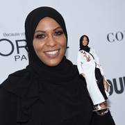 Ibtihaj Muhammad holder en Barbie-dukke på Glamour Woman of the Year i 2017.              (Foto: AP/Evan Agostini)
