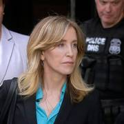 FILE - In this April 3, 2019 file photo, actress Felicity Huffman arrives at federal court in Boston to face charges in a nationwide college admissions bribery scandal. In a court filing on Monday, April 8, 2019, Huffman agreed to plead guilty in the cheating scam. (AP Photo/Steven Senne, File)                       (Foto: Steven Senne)