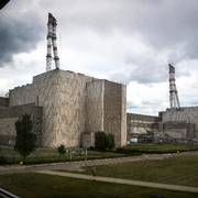 In this photo taken on Tuesday, July 16, 2019, workers walk past a part of the Ignalina nuclear power plant (NPP) in Visaginas some 160km (100 miles) northeast of the capital Vilnius, Lithuania.  The HBO TV series ÄúChernobylÄù featuring Soviet era nuclear nightmares is drawing tourists to the atomic filming locations in Lithuania. (AP Photo/Mindaugas Kulbis)                       (Foto: Mindaugas Kulbis)