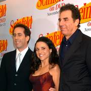 FILE - In this Nov. 17, 2004, file photo Jerry Seinfeld, left, Julia Louis Dreyfus and Michael Richards arrive to celebrate the release of the first three seasons of Seinfeld on DVD in New York. Netflix says it will start streaming all 180 episodes of the Seinfeld in 2021, gaining a hugely popular addition to its library as the battle for viewers heats up. (AP Photo/ Louis Lanzano, File)                       (Foto: LOUIS LANZANO)