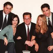 Cast members of the American sitcom Friends pose for photographers at the studios of Channel 4 in London Wednesday, March 25, 1998.  They are in Britain to film the final episode of their latest series.  Pictured from left to right are Matt Le Blanc, Courtney Cox, Matthew Perry, Jennifer Aniston and David Schwimmer.  Not present is Lisa Kudrow who remained in the U.S. because she is pregnant.  (AP Photo/Lynne Sladky)                       (Foto: LYNNE SLADKY)