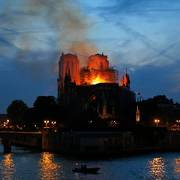 Flames and smoke rise from Notre Dame cathedral in Paris as firefighters tackle the blaze on April 15, 2019. (AP Photo/Michel Euler)                       (Foto: Michel Euler)