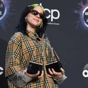 FILE - In this Nov. 24, 2019 file photo, singer Billie Eilish wears an upcycled Burberry outfit as she poses in the press room with the award for new artist of the year and favorite alternative rock artist at the American Music Awards in Los Angeles. (Photo by Jordan Strauss/Invision/AP, File)                       (Foto: Jordan Strauss)