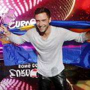 Singer Mans Zelmerloew, representing Sweden, poses with the trophy after winning the final of the 60th annual Eurovision Song Contest in Vienna, Austria, May 24, 2015. REUTERS/Heinz-Peter Bader                       (Foto: HEINZ-PETER BADER)