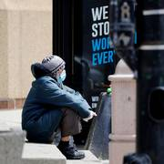 A man sits at a bus stop while wearing a face mask in Chicago, Thursday, May 21, 2020. More than 2.4 million people applied for U.S. unemployment benefits last week in the latest wave of layoffs from the viral outbreak that triggered widespread business shutdowns two months ago and sent to economy into a deep recession. (AP Photo/Nam Y. Huh)                       (Foto: Nam Y. Huh)
