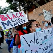 Protesters rally outside Mesa Police Department, Tuesday, June 9, 2020, in Mesa, Ariz., demanding police reform. The protest is a result of the death of George Floyd, a black man who died after being restrained by Minneapolis police officers on May 25. (AP Photo/Matt York)                       (Foto: Matt York)