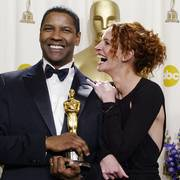 Julia Roberts laughs with best actor winner Denzel Washington in the backstage photo room during the 74th annual Academy Awards on Sunday, March 24, 2002, in Los Angeles. (AP Photo/Doug Mills)                       (Foto: DOUG MILLS)