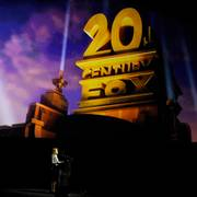 Stacey Snider, chairman and CEO of 20th Century Fox Film, addresses the audience underneath the company logo during the 20th Century Fox presentation at CinemaCon 2018, the official convention of the National Association of Theatre Owners, at Caesars Palace on Thursday, April 26, 2018, in Las Vegas. (Photo by Chris Pizzello/Invision/AP)                      (Foto: Chris Pizzello)