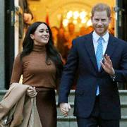 FILE - In this Jan. 7, 2020, file photo, Britain's Prince Harry and Meghan, Duchess of Sussex leave after visiting Canada House in London. Prince Harry and Meghan Markle have moved into a new family home in Southern California, their spokesman said Thursday, Aug. 13, without providing details. Real estate agents and tax records point to a seven-acre estate in Santa Barbara County, according to The Los Angeles Times. (AP Photo/Frank Augstein, File)                      (Foto: Frank Augstein)