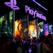 FILE - In this June 14, 2018, file people stand online next to the PlayStation booth at the 24th Electronic Entertainment Expo E3 at the Los Angeles Convention Center. Sony said Wednesday, Sept. 16, 2020 its upcoming PlayStation 5 video game console will cost $500 and launch Nov. 12, setting up a holiday battle with Microsoft's Xbox Series X over whose new console will turn up more under the tree this year. (AP Photo/Damian Dovarganes, File)                       (Foto: Damian Dovarganes)