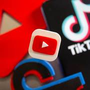 A 3D printed Youtube and Tik Tok logos are seen near smartphone with displayed Tik Tok logo in this illustration taken, September 15, 2020. REUTERS/Dado Ruvic/Illustration                       (Foto: DADO RUVIC)