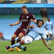 Manchester City's Nathan Ake, right tackles Leicester's Dennis Praet during the English Premier League soccer match between Manchester City and Leicester City at the Etihad stadium in Manchester, England, Sunday, Sept. 27, 2020. (Catherine Ivill/Pool via AP)                      (Foto: Catherine Ivill)