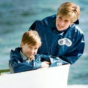 FILE - In this Oct. 1991 file photo, Britain's Diana, Princess of Wales, right, enjoys a boat ride on the Maid of Mist in Niagara Falls, Ont., Canada,  with her sons Prince Harry, 7, and Prince William, 9. Princess Diana?Äôs little boy, the devil-may-care red-haired prince with the charming smile is about to become a father. The arrival of the first child for Prince Harry and his wife Meghan will complete the transformation of Harry from troubled teen to family man, from source of concern to source of national pride.  (Hans Deryk/Canadian Press via AP, File)                       (Foto: Hans Deryk)