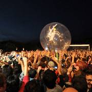 Wayne Michael Coyne, the lead singer and guitarist of American band The Flaming Lips, performs inside a plastic ball during the Optimus Primavera Sound music festival in Porto, Portugal, Friday, June 8 2012. (AP Photo/Paulo Duarte) EDITORIAL USE ONLY                      (Foto: Paulo Duarte)