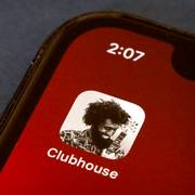 The icon for the social media app Clubhouse is seen on a smartphone screen in Beijing, Tuesday, Feb. 9, 2021. Clubhouse, an invitation-only audio chat app launched less than a year ago, has caught the attention of tech industry bigshots like Tesla CEO Elon Musk and Facebook CEO Mark Zuckerberg, not to mention the Chinese government, which has already blocked it in the country. (AP Photo/Mark Schiefelbein)                       (Foto: Mark Schiefelbein)