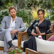 FILE PHOTO: Britain's Prince Harry and Meghan, Duchess of Sussex, are interviewed by Oprah Winfrey in this undated handout photo.  Harpo Productions/Joe Pugliese/Handout via REUTERS/File Photo                       (Foto: HARPO PRODUCTIONS)