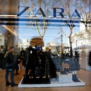 A woman looks clothes in a Zara store, an Inditex brand, in central Barcelona, Spain, December 13, 2016. REUTERS/Albert Gea                       (Foto: Albert Gea)
