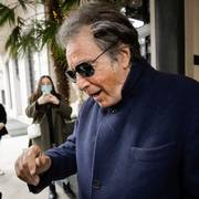 FILE - Al Pacino, who plays Aldo Gucci in Ridley Scott's movie based on the story of the murder of Maurizio Gucci in 1995, being filmed mainly in Milan and Rome, leaves Palazzo Parigi in Milan, Italy, Thursday, March 11, 2021. The great-grandchildren of Guccio Gucci, who founded the luxury brand nearly a century ago in Florence, are appealing to filmmaker Ridley Scott to respect their familys legacy in the film that focuses on the sensational murder. (AP Photo/Luca Bruno)                       (Foto: Luca Bruno)