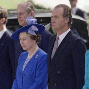 Queen Elizabeth II stands at attention with (back r to l) King Juan Carlos, the Duke of Edinburgh and Crown Prince Felipe as they listen to the national anthem in Madrid, on Monday, Oct. 17, 1988 in Madrid at the start of a first ever visit to Spain by a reigning British monarch. (AP Photo/Fernando Ricardo)  NTB kultur                      (Foto: Fernando Ricardo)