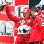 FILE - In this Sunday Oct. 1, 2006 file photo, Germany's Michael Schumacher, left, celebrates his win in the Formula One Chinese Grand Prix with race engineer Chris Dyer, at the Shanghai International Circuit in Shanghai, China. British driver Lewis Hamilton made Formula One history on Sunday, Oct. 25, 2020 winning the Portuguese Grand Prix for a 92nd win to move one ahead of German great Michael Schumacher. (AP Photo/Greg Baker, file)                      (Foto: GREG BAKER)