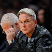 Actor Mark Harmon attends in the first half of a NBA basketball game against the Phoenix Suns and Los Angeles Lakers, Sunday, Dec. 6, 2009, in Los Angeles. (AP Photo/Gus Ruelas)  NTB kultur                      (Foto: Gus Ruelas)